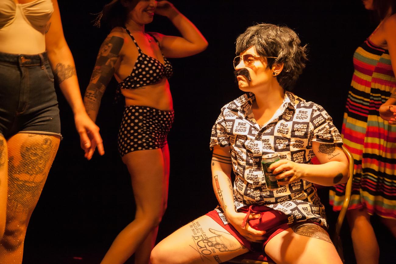 nixe amère fait le parfait goujat degoutant en regardant danser les femmes - numéro drag king -photoreportage spectacle burlesque à lille de l'association wonder burle'school à la barraca zem.jpg