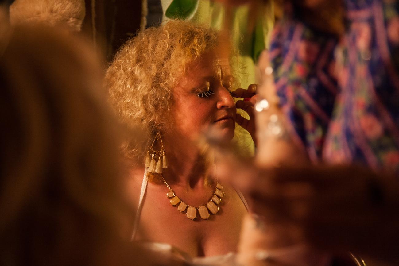 pose de faux cils argentés pour cette hotesse de l'air un peu spéciale -photoreportage spectacle burlesque à lille de l'association wonder burle'school à la barraca zem.jpg