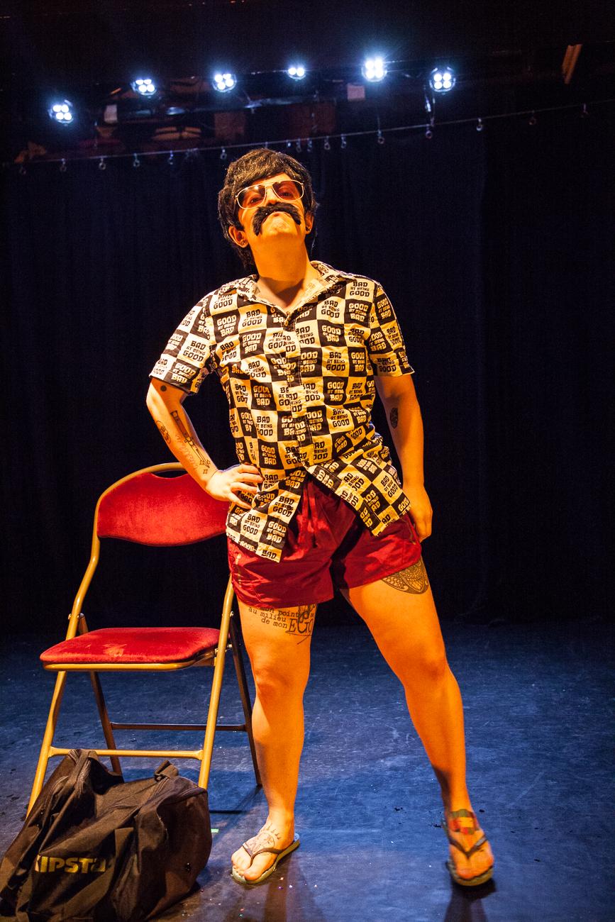 nixe amère target ses victimes dans le public - numéro drag king -photoreportage spectacle burlesque à lille de l'association wonder burle'school à la barraca zem.jpg