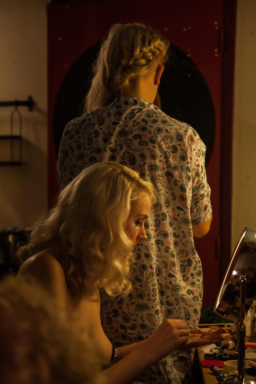 preparation dans les loges -photoreportage spectacle burlesque à lille de l'association wonder burle'school à la barraca zem.jpg