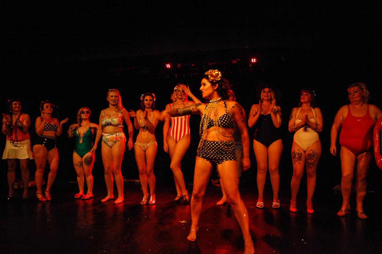 présentation et acclamation des danseuses -photoreportage spectacle burlesque à lille de l'association wonder burle'school à la barraca zem.jpg