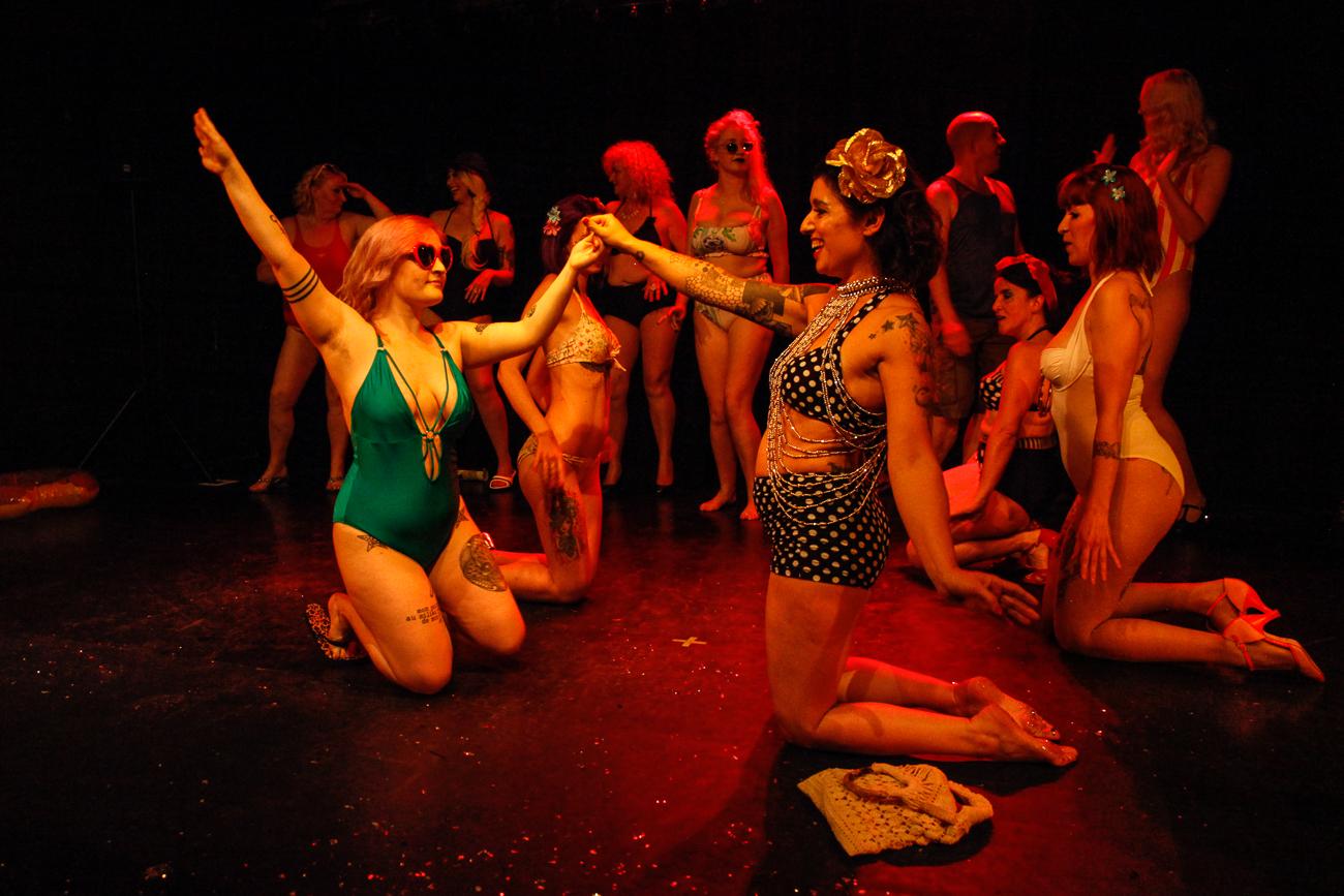 tout le monde est réunit -photoreportage spectacle burlesque à lille de l'association wonder burle'school à la barraca zem.jpg