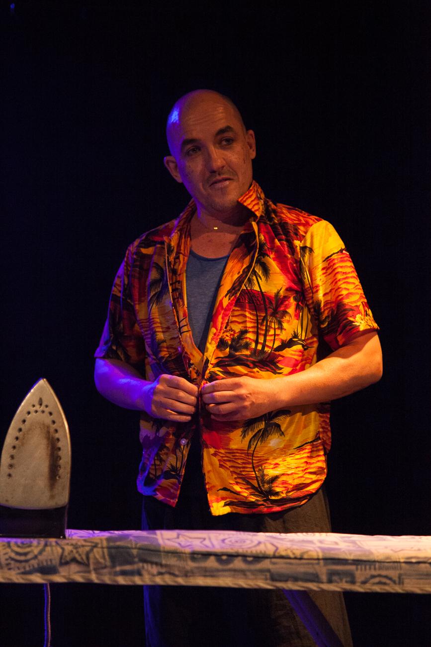 un homme en chemise hawaienne se déboutonne en faisant mine de repasser ses vêtements -photoreportage spectacle burlesque à lille de l'association wonder burle'school à la barraca zem.jpg