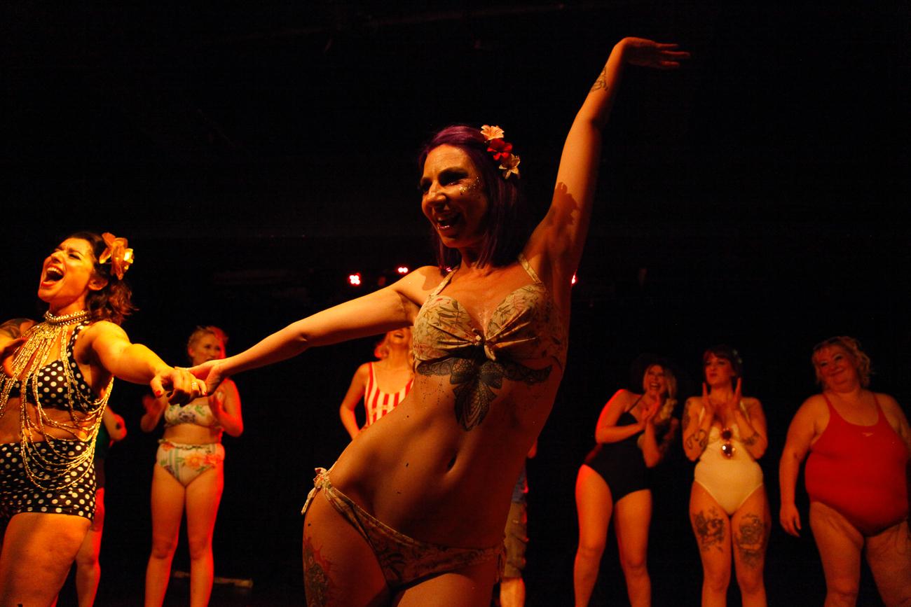 une danseuse salue le public -photoreportage spectacle burlesque à lille de l'association wonder burle'school à la barraca zem.jpg