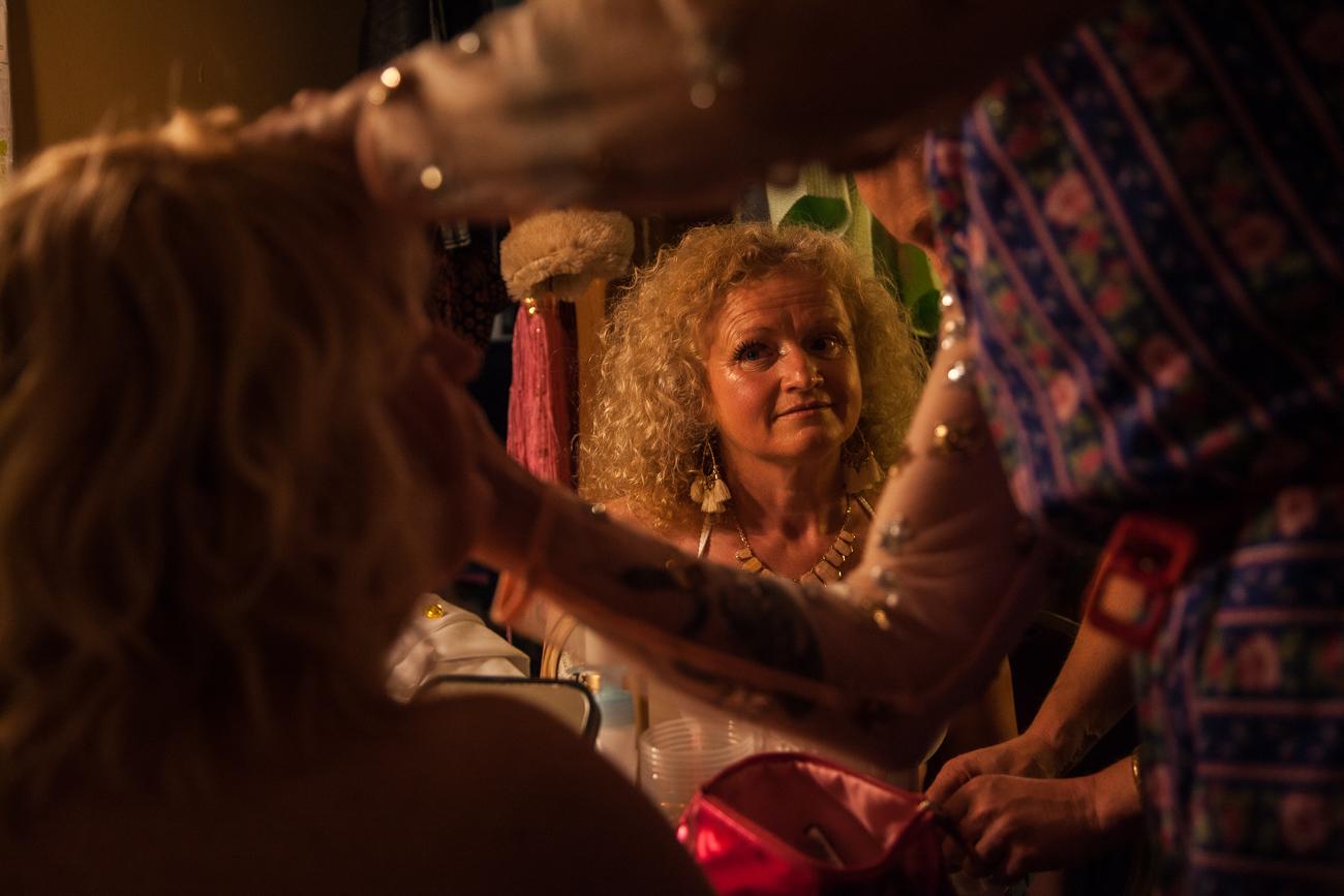 une femme regarde son amie pendant sa mise en beauté -photoreportage spectacle burlesque à lille de l'association wonder burle'school à la barraca zem.jpg