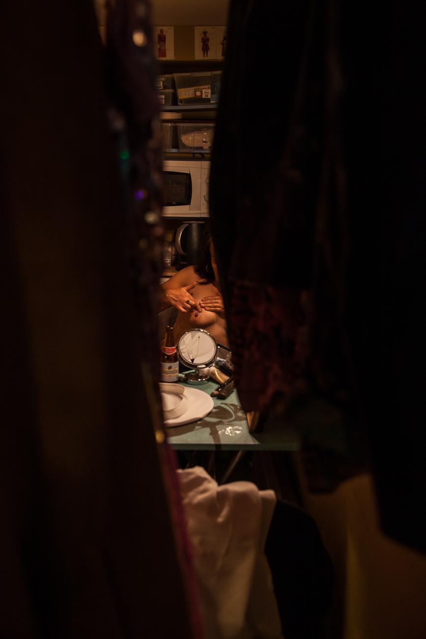 une femme se prépare pour la scène -photoreportage spectacle burlesque à lille de l'association wonder burle'school.jpg