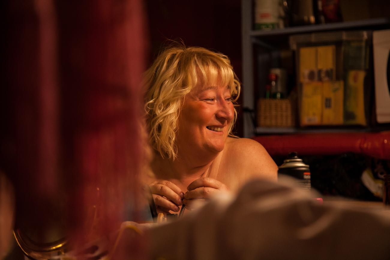 une femme se prépare pour le show -photoreportage spectacle burlesque à lille de l'association wonder burle'school.jpg.jpg