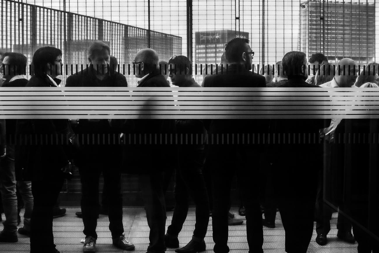 groupe d'hommes aglutinnés sur une terasse de la métropole lilloise parlent des chiffres du business - photo fineart noir et blanc issue du projet memoire de revelise rohart.jpg