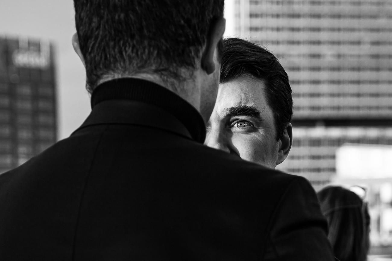 dialogue entre deux hommes à un meeting d'entreprise à lille : photo noir et blanc fineart Memoire © Revelise Rohart.jpg