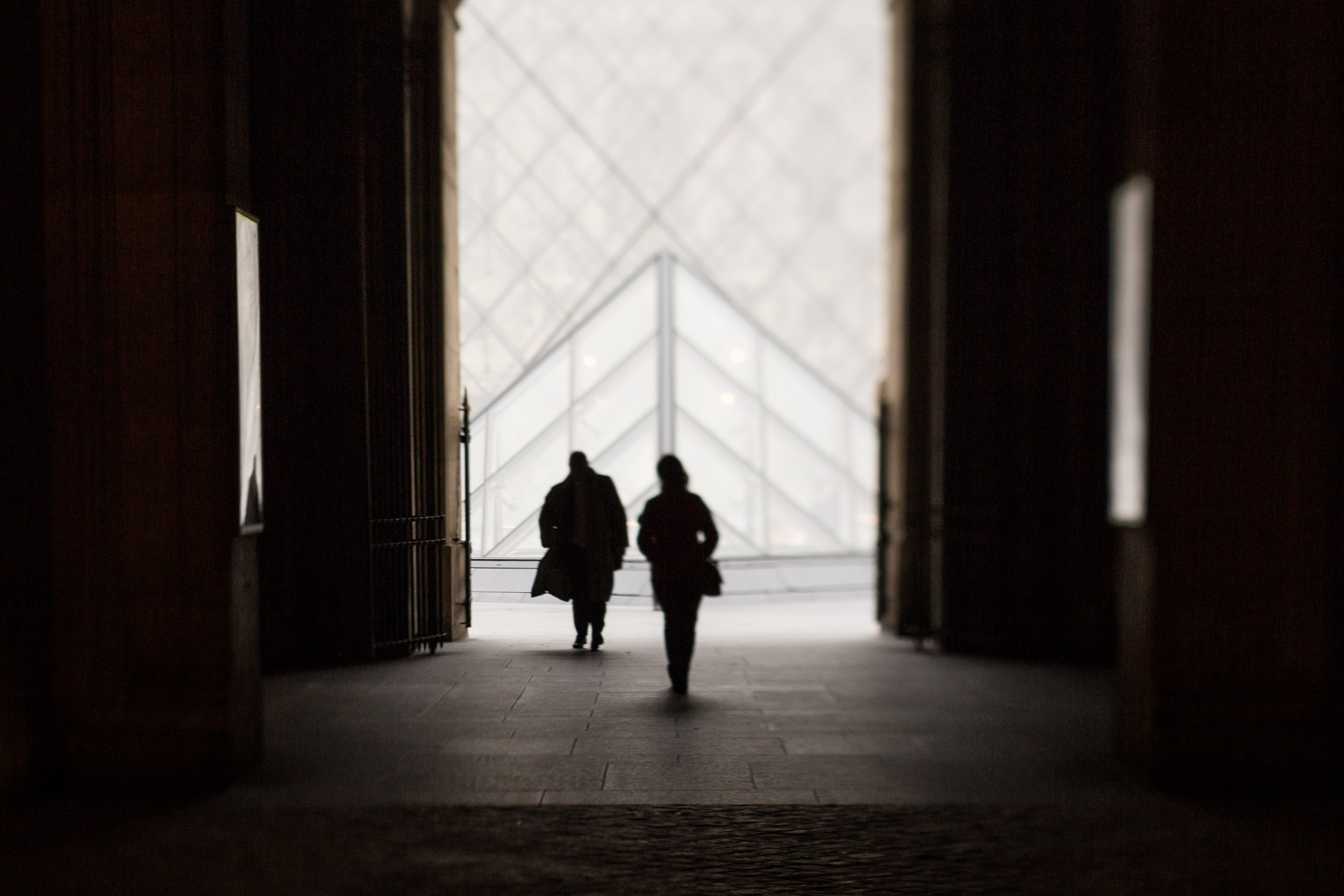 Paris-Louvre-couple-walking.jpg
