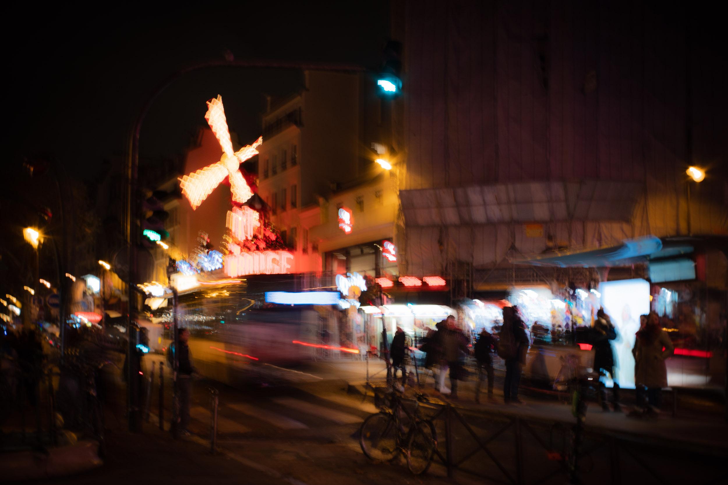 Paris-Moulin-Rouge-slow-shutter-speed.jpg