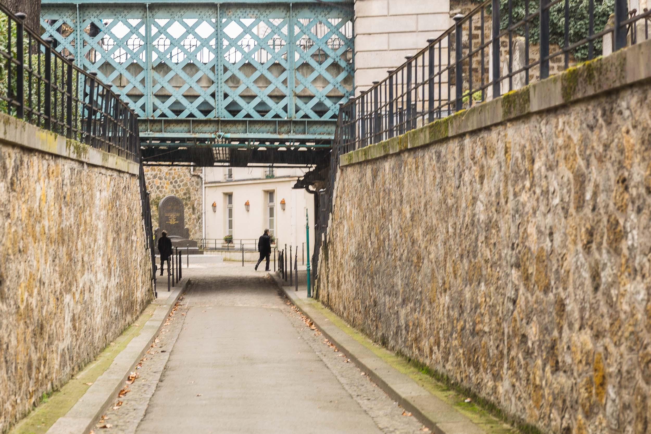 Paris-man-woman-cemetery-montmartre.jpg