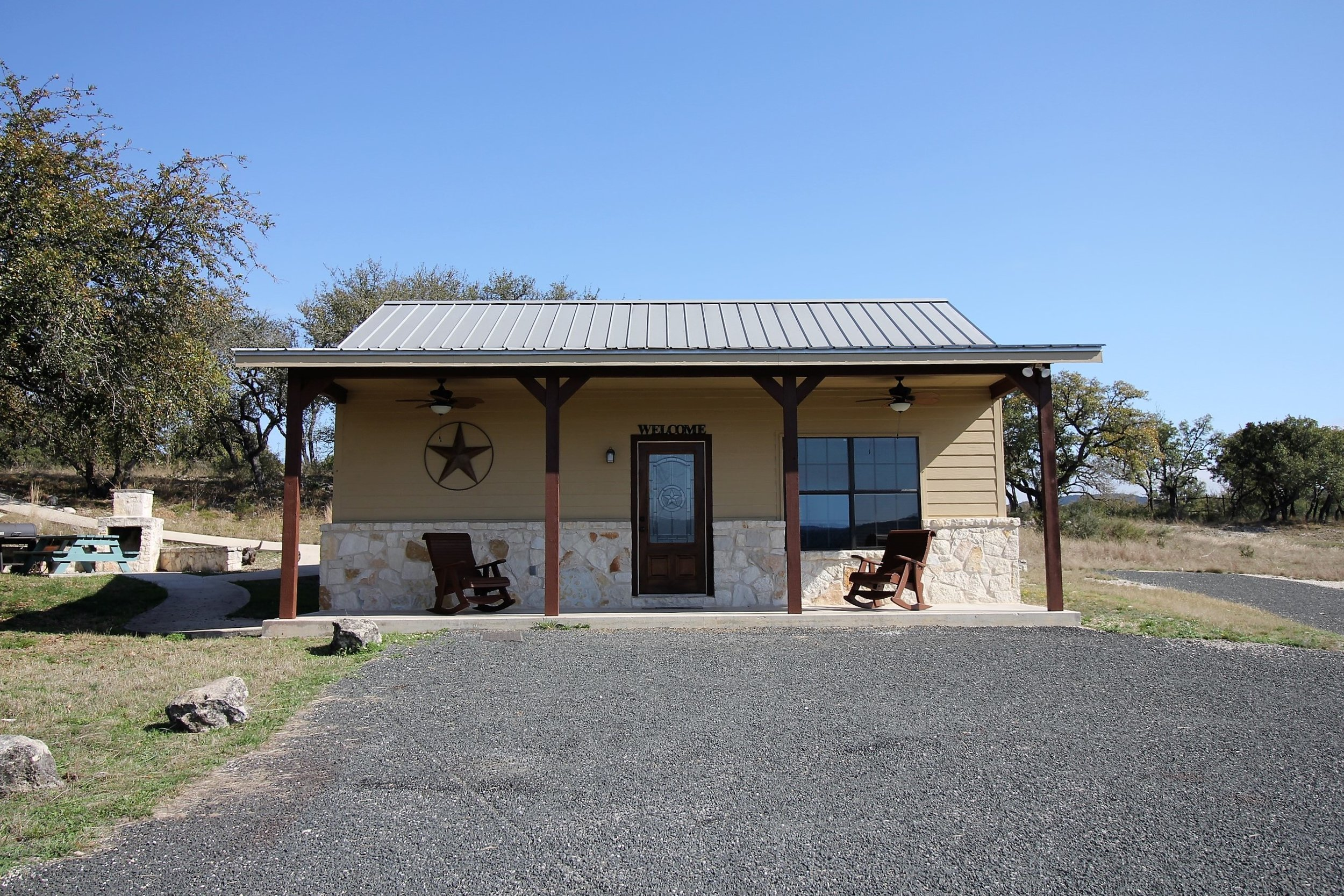 Oak Ridge Cabin may be rented individually or with Oak Ridge Lodge for very large groups.  Please note that Oak Ridge Lodge is NOT located on the Frio River and river access to    Rio Bella    is NOT included .