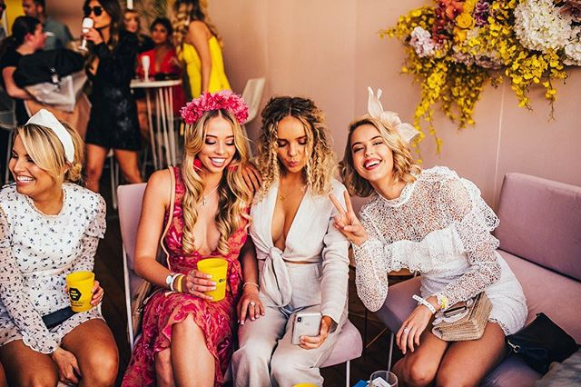 SPOTTED! These gorgeous honeys in The Bumble Hive! 🍯 @bumble_australia  #thetippleeffect #derbyday #melbournecup #springracing #springcarnival #perth #perthevents #perthisok #pinktankevents