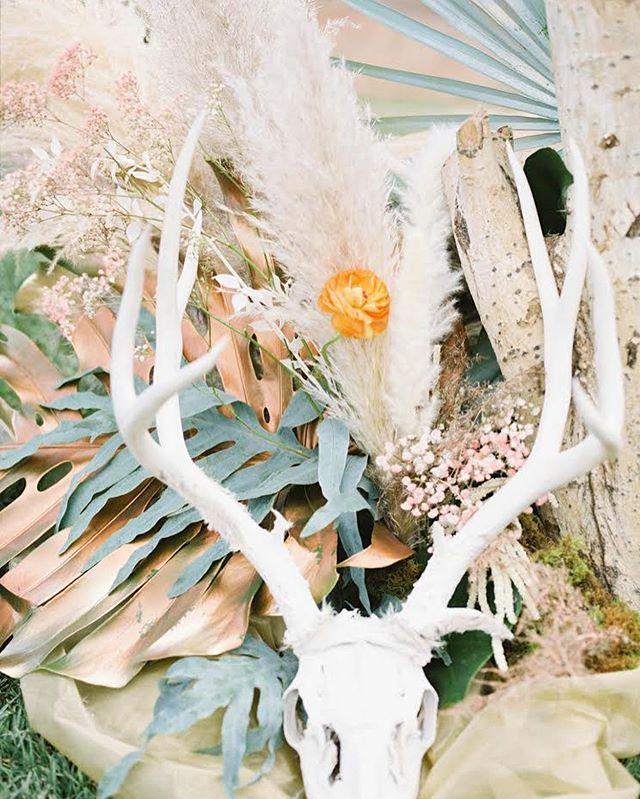 We love this creative floral installation that @aprilsgardendurango did at the @thesouthwestweddingbazaar