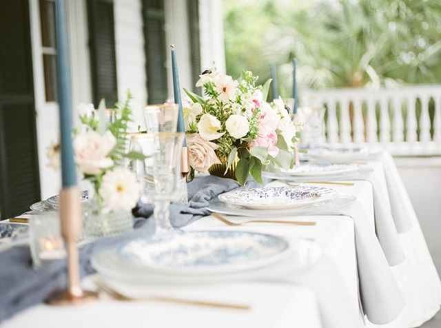 Dreaming about Charleston today, and working with such an amazing team of vedors. This beautiful tablescape styled by peper.events. and the lovelist of florals by freshweddings_chs full feature on how all of this came together for us over on @utterlyengaged blog. link in the bio
