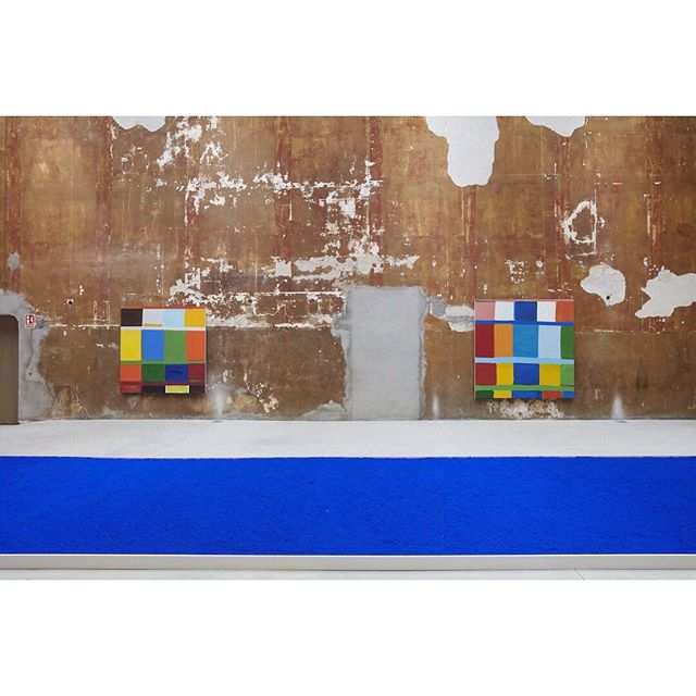 """regram from a @hyperallergic review """"Stanley Whitney's Machine for Painting""""  Whitney's paintings at this point seem to embody the transitory.  By Joe Fyfe """"Stanley Whitney / Yves Klein: This Array of Colors"""" (2019), installation view, Galería Cayón, Menorca, Spain, photo: Joaquín Cortés (all images courtesy of the artist and Galería Cayón)"""
