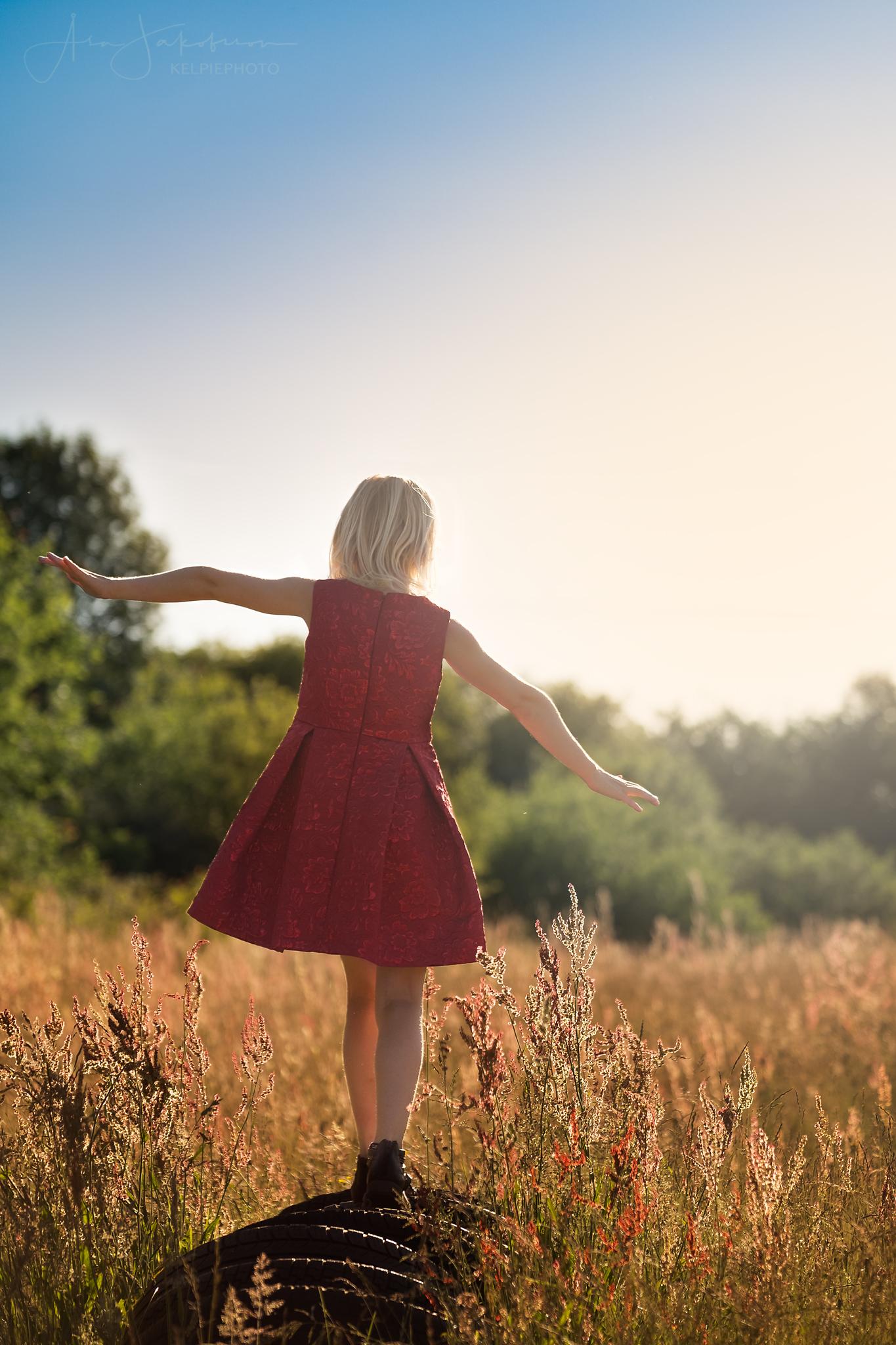 porträtt flicka balanserar röd klänning skåne