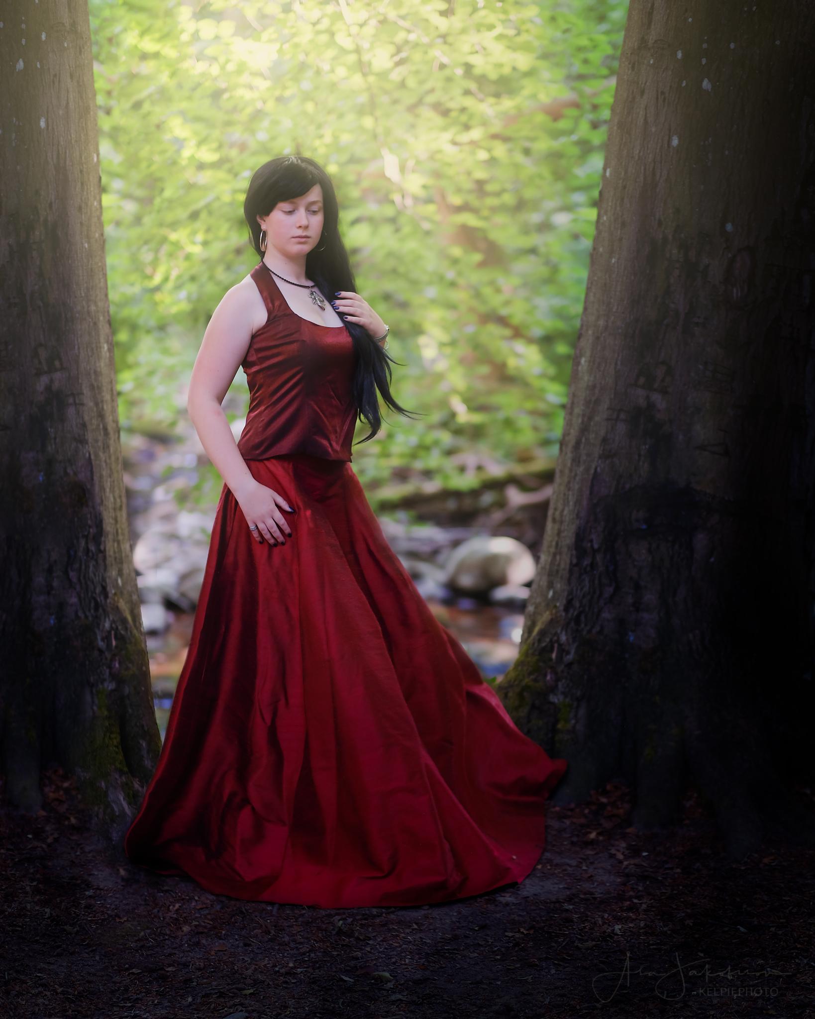 porträtt ung kvinna röd klänning skogen skåne