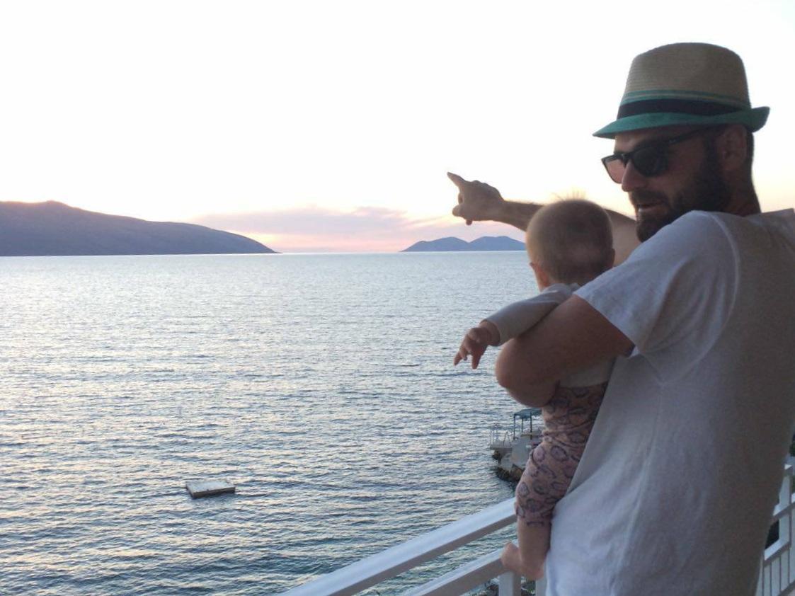 Aris tyttäremme kanssa hotellin terassilla Vlorassa auringon laskun aikaan. Kuva: Mirva Rannisto