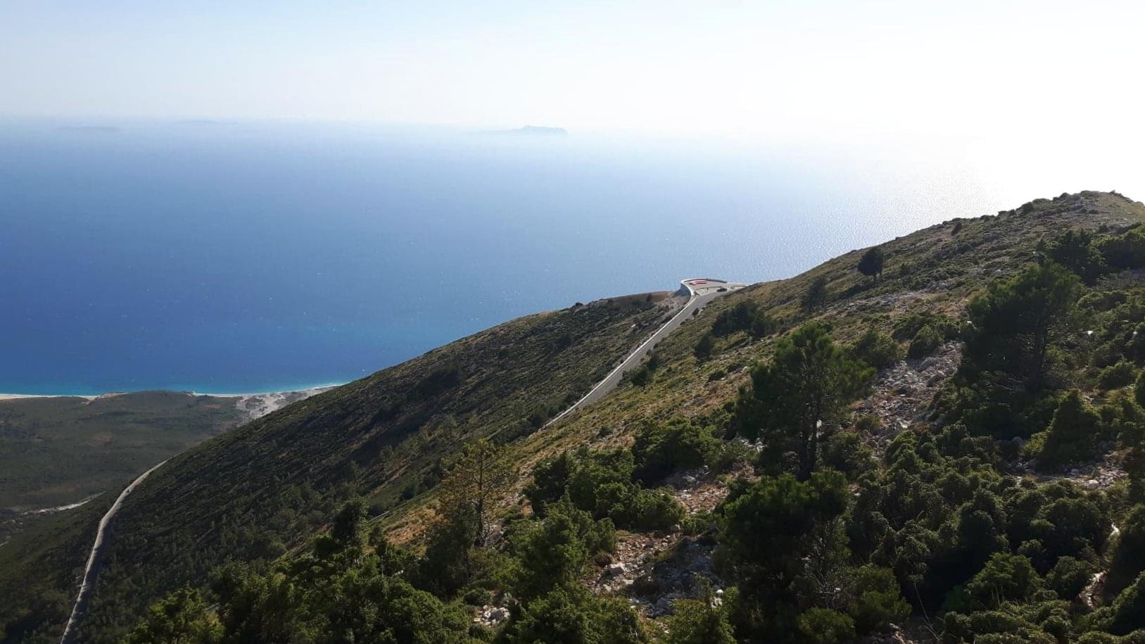 Kuva otettu noin kilometrin korkeudessa, jossa alhaalla näkyy alas lähtevä rallitie, upea Joonian meri ja Himaran rannat. Kuva: Allan Rannisto