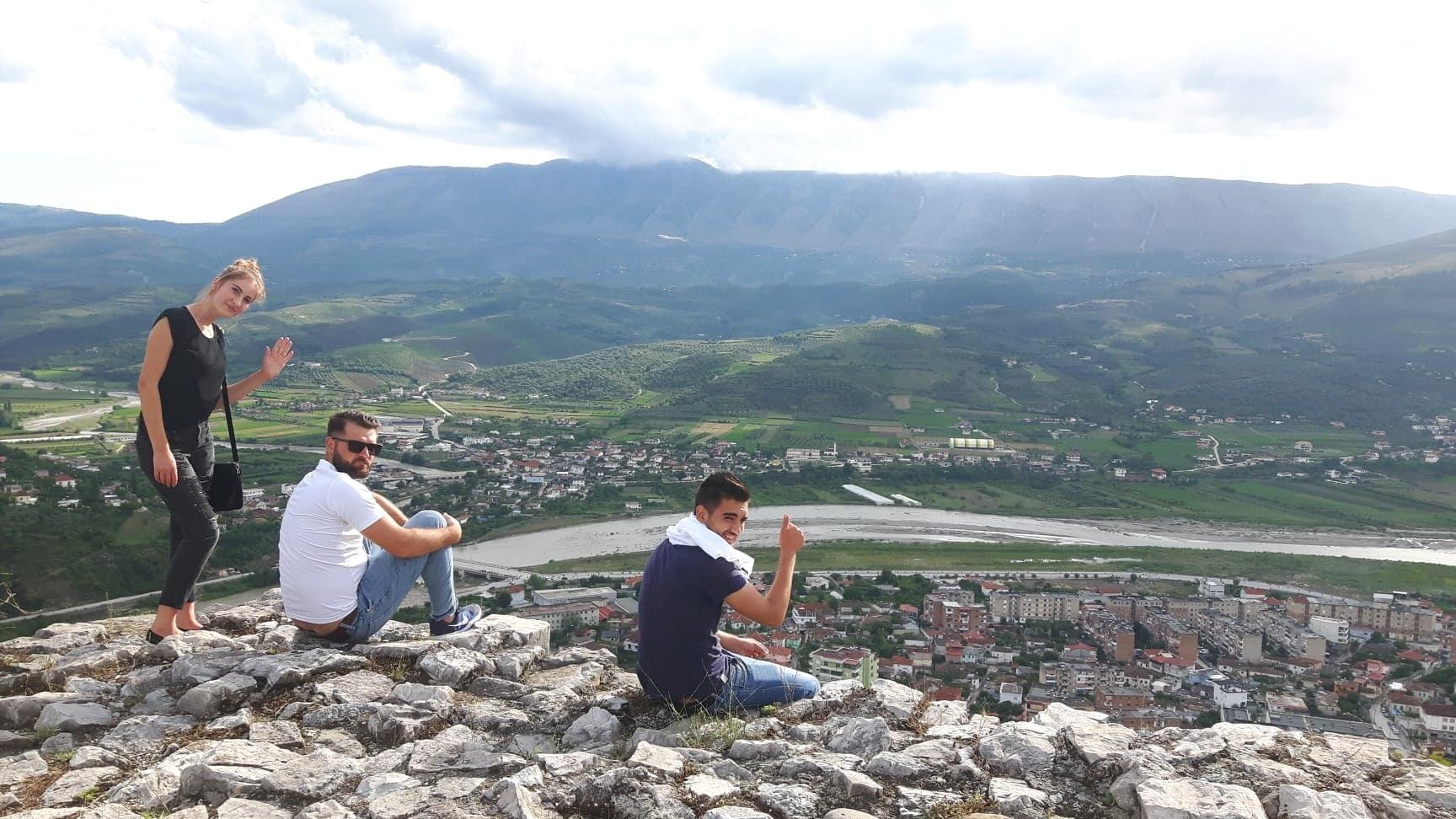 Upeat joki- ja vuorinäkymät Beratin linnoituksen laelta alas kaupunkiin. Kuva: Mirva Rannisto