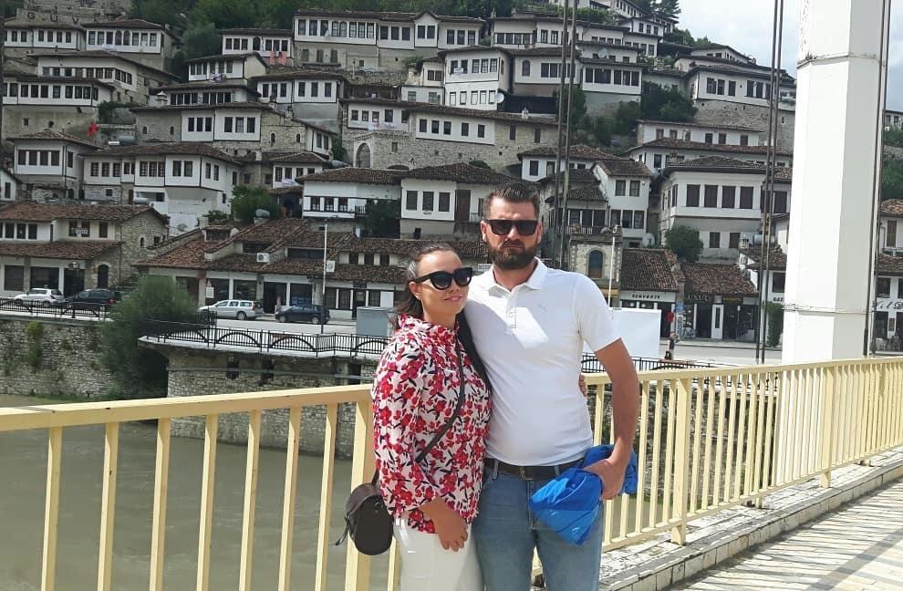 Mirva ja Aris Osum- joen päällä olevalla sillalla ja takana näkyy kaupungin arkkitehtuuria. Kuva: Irena Duraj