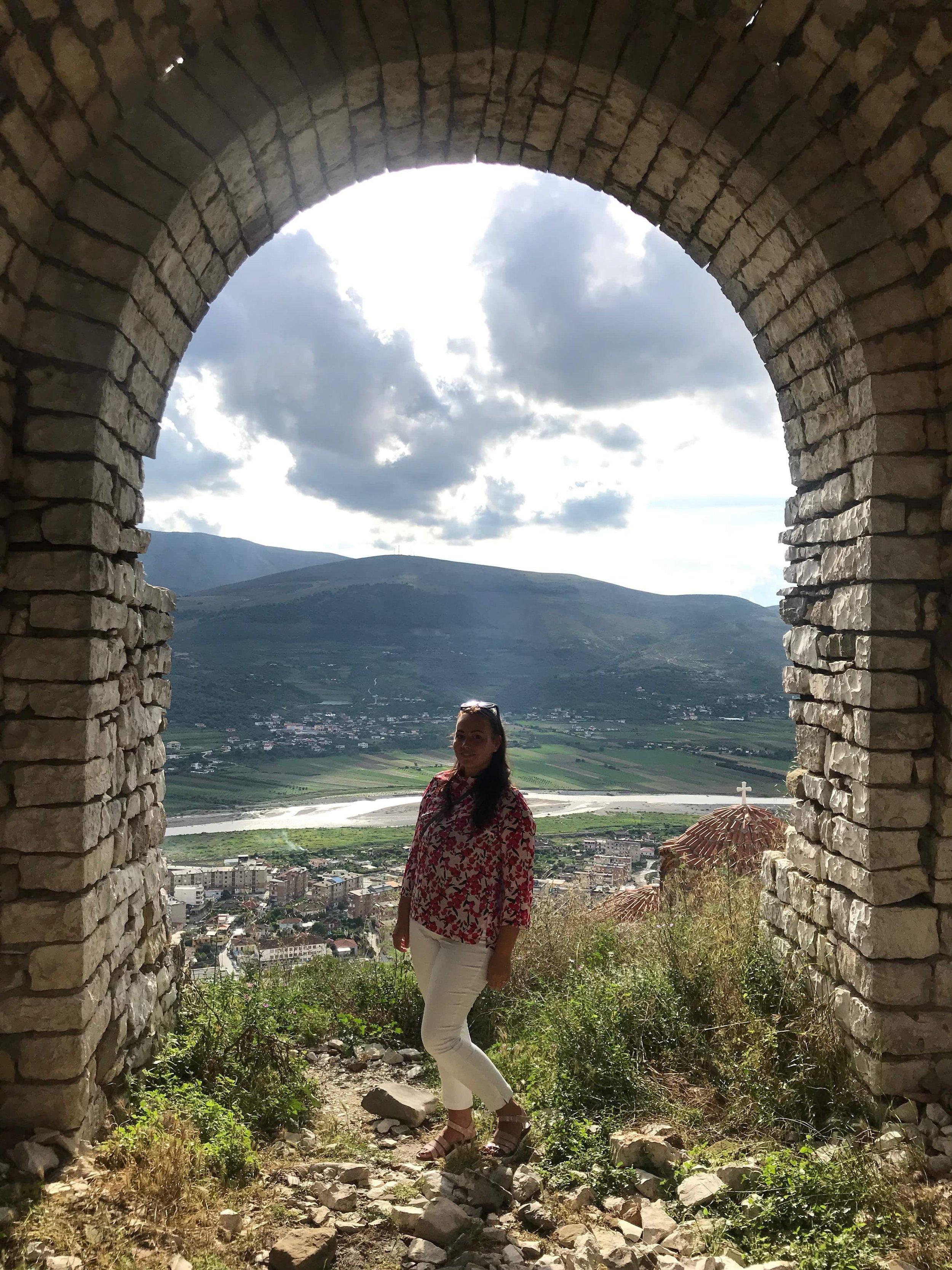 Mirkku poseeraa Beratin linnoituksella. Kuva: Anna Rannisto