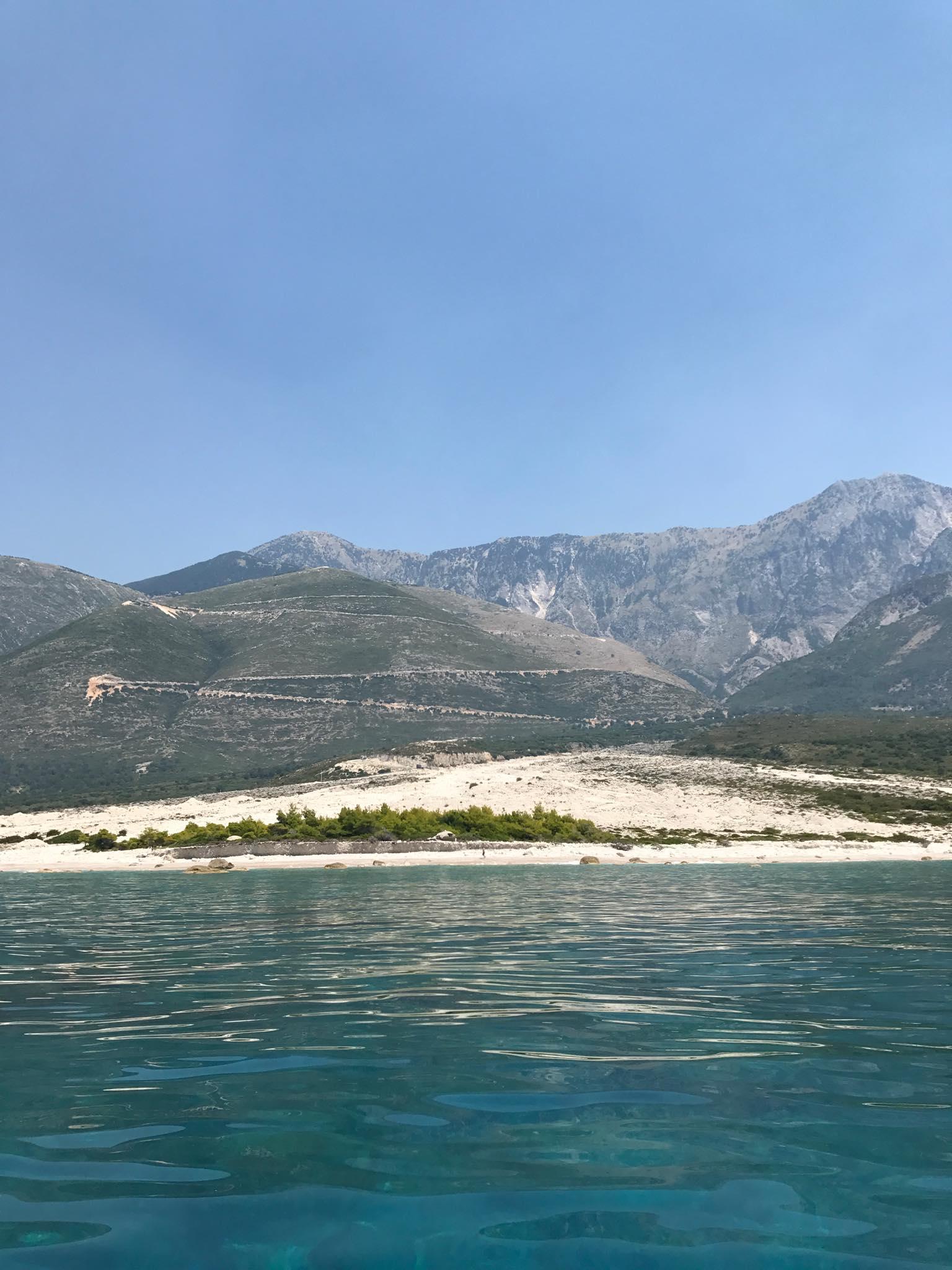 Dhërmin rannat ja takana Llogoran kansallispuisto ja kohoavat vuoret. Kuva: Hanne-Mari Ahonen