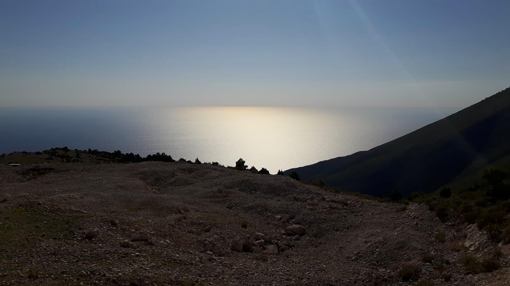 Kyseinen maapläntti on kuvattu Llogoran kansallispuistosta reilun 1km korkeudesta merelle päin Dhermiä. Haaveiletko tontista lähellä meren rantaa tai hieman korkeammalla? Kuva: Allan Rannisto