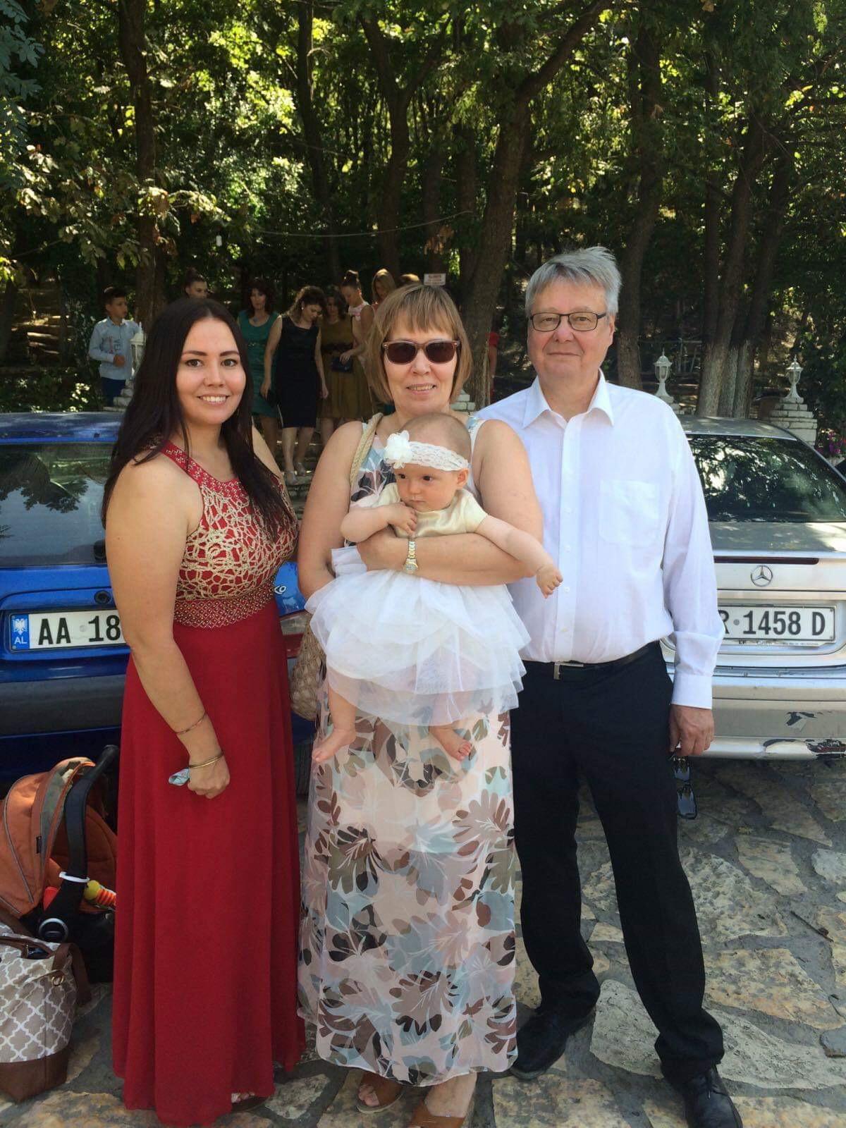 Tässä historiallinen yhteiskuva minusta, vanhemmistani ja tyttärestämme juuri ennen Ariksen veljen hääjuhlaa (pääpäivä) ravintolan edustalla. Kuva: Irena Duraj