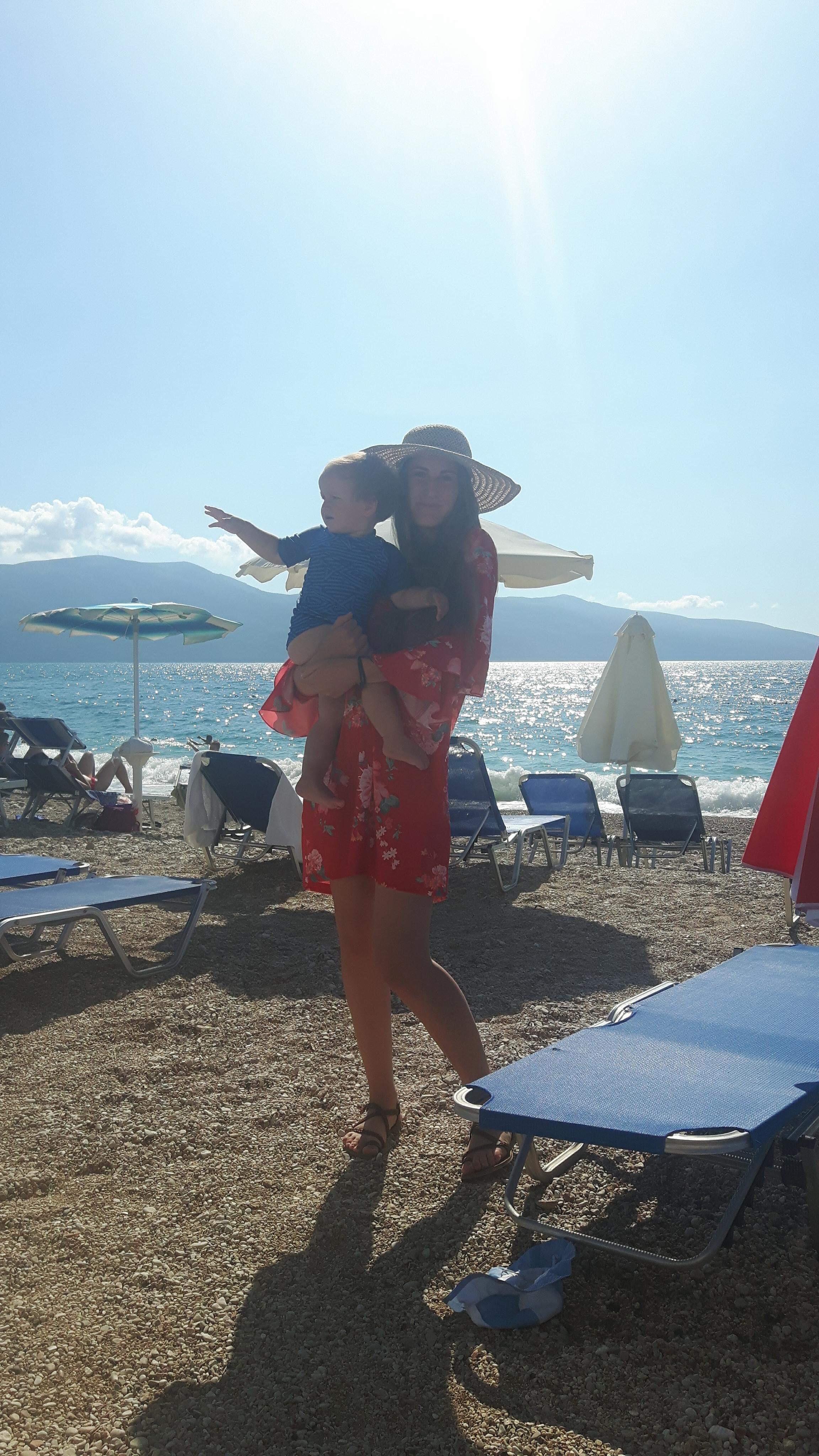 Kuvassa Ariksen kaunis sisko Irena, viime kesänä Vloran rannoilla meidän tyttö sylissä. Irena tulee varmasti olemaan todella kaunis morsian. Kuva: Mirva Rannisto