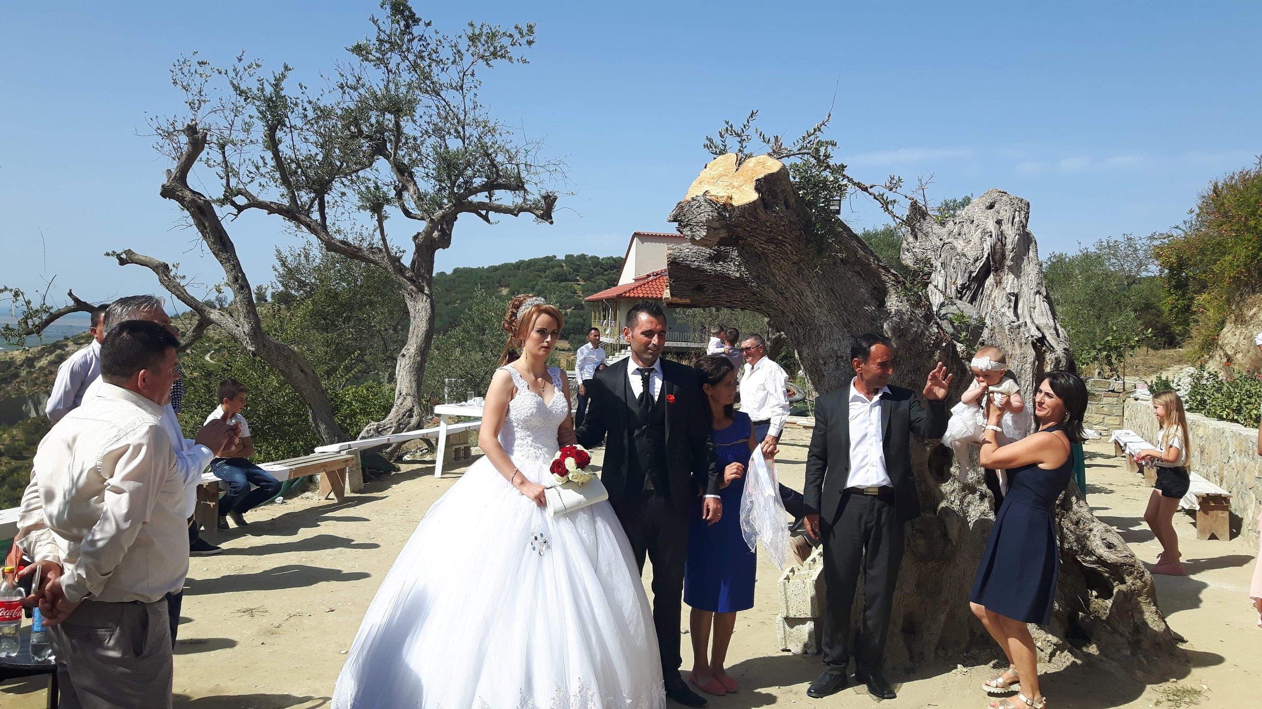 Morsiamella on Albaniassa näyttävät juhlamekot. Kuva: Allan Rannisto