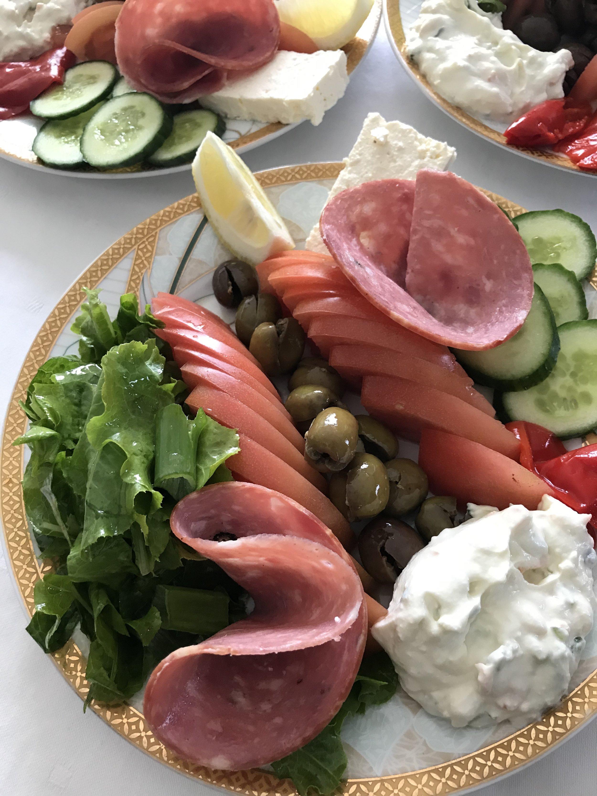 Alkuruokalautanen keskiviikon aamun lounaalta. Kuva: Mirva Rannisto