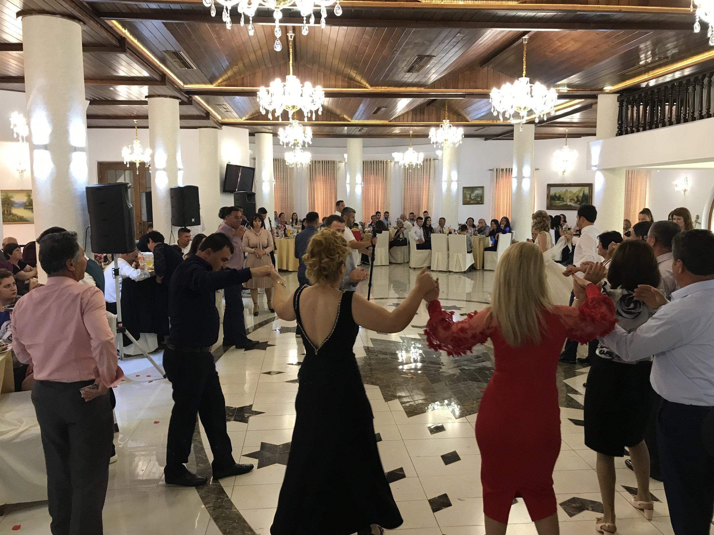 Tanssimista lauantaina morsiamen häissä. Kuva: Mirva Rannisto