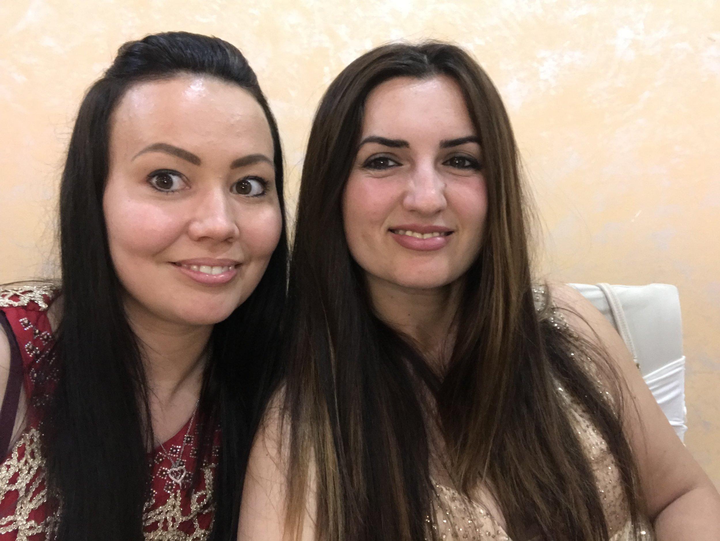 Mirva ja Ariksen isosisko Sela sunnuntain häissä 02 aikaan. Kuva: Mirva Rannisto