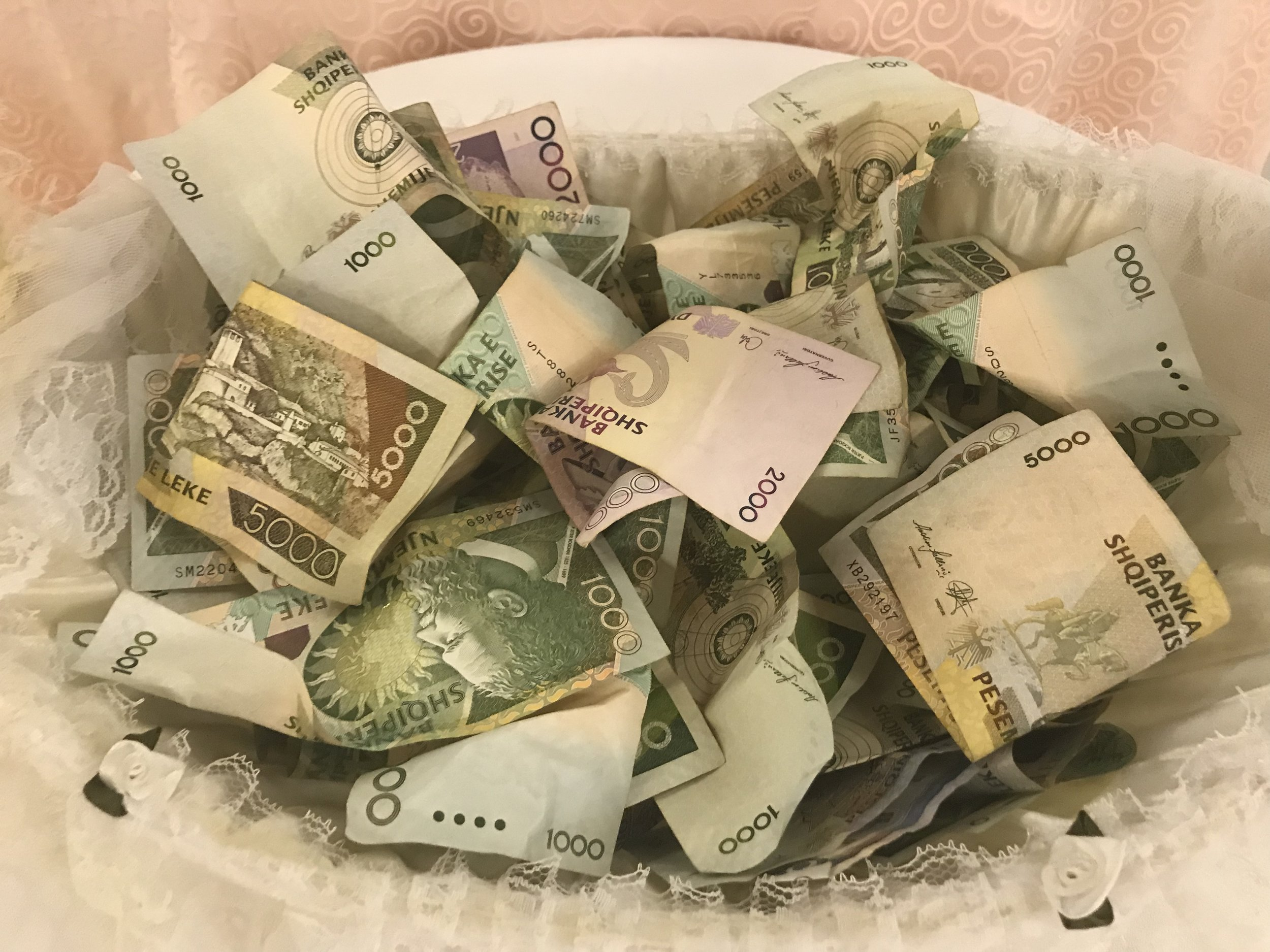 Häissä keitettyä rahaa tanssimalla. Kuva: Mirva Rannisto