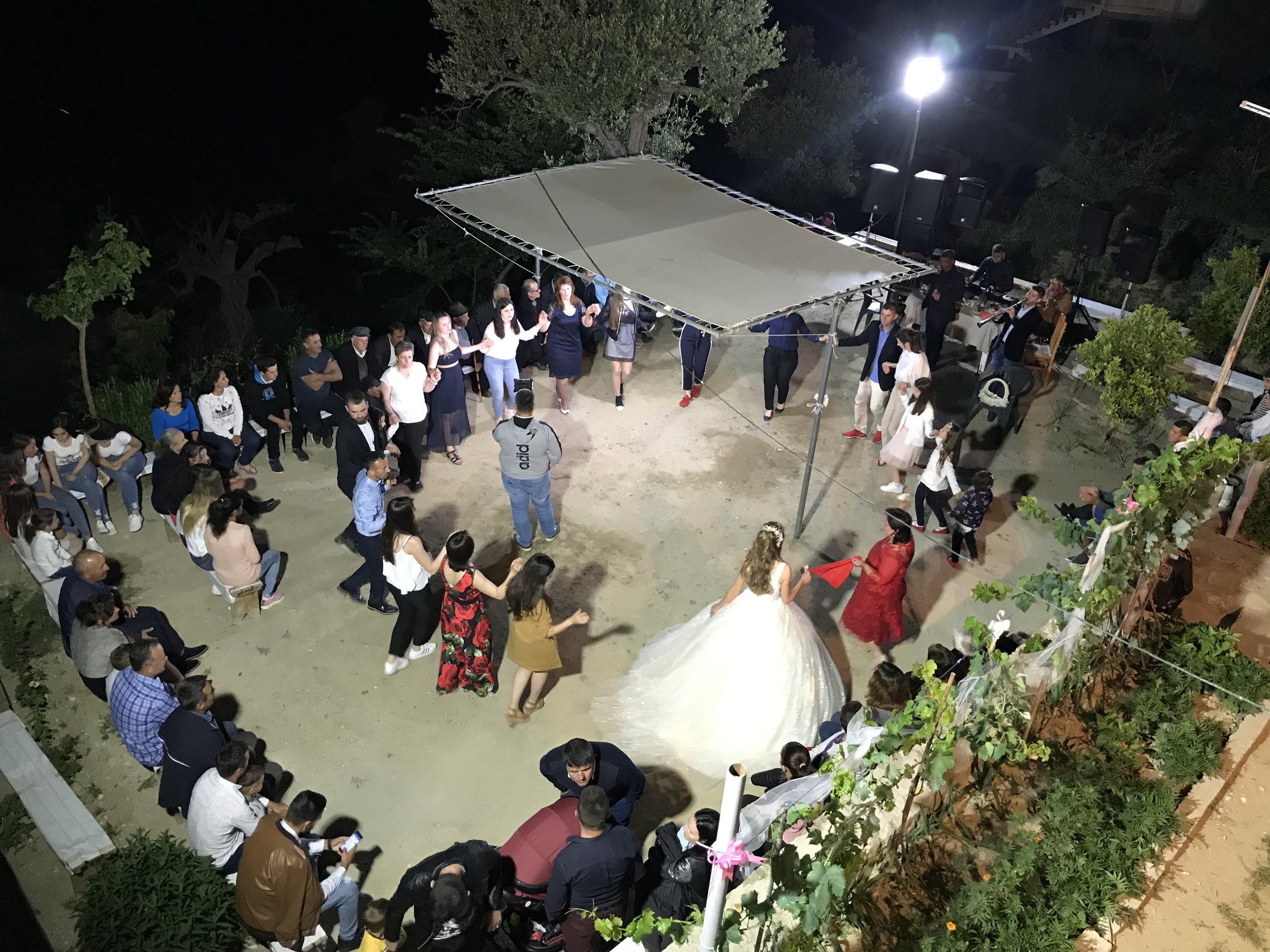 Irenan kotona olleista juhlista otettu kuva perjantai illalla, oikealla yläkulmassa bändi soittaa ja vieraat tanssivat. Kuva: Mirva Rannisto