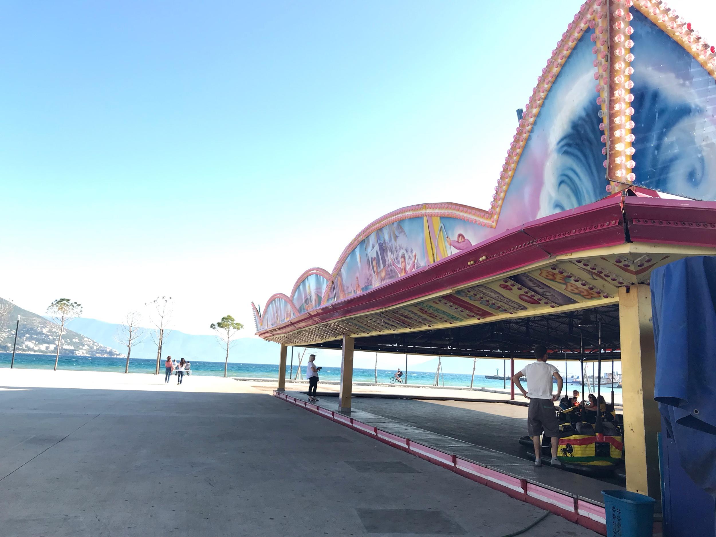 Rantabulevardilla sijaitsee lapsille tivoli, törmäilyautoja, trampoliineja ja erilaisia pieniä laitteita. Kuva: Mirva Rannisto