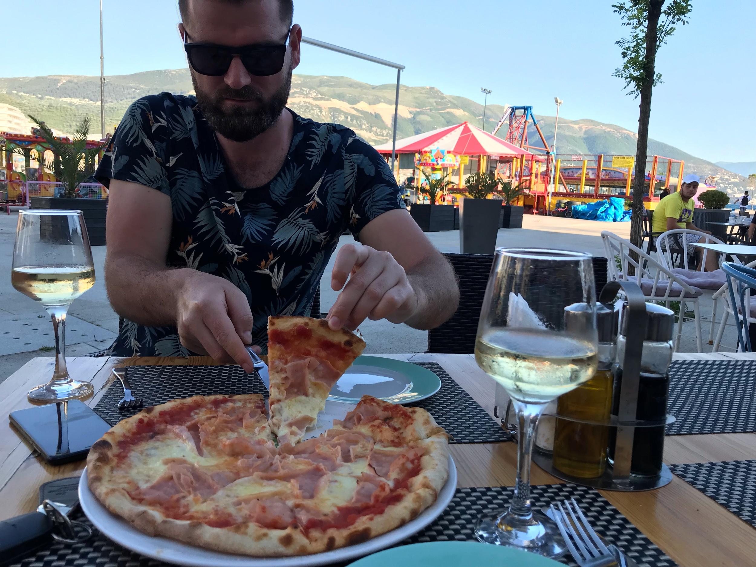 Aris syömässä Vloran rantabulevardilla tivolin edessä. Kuva: Mirva Rannisto