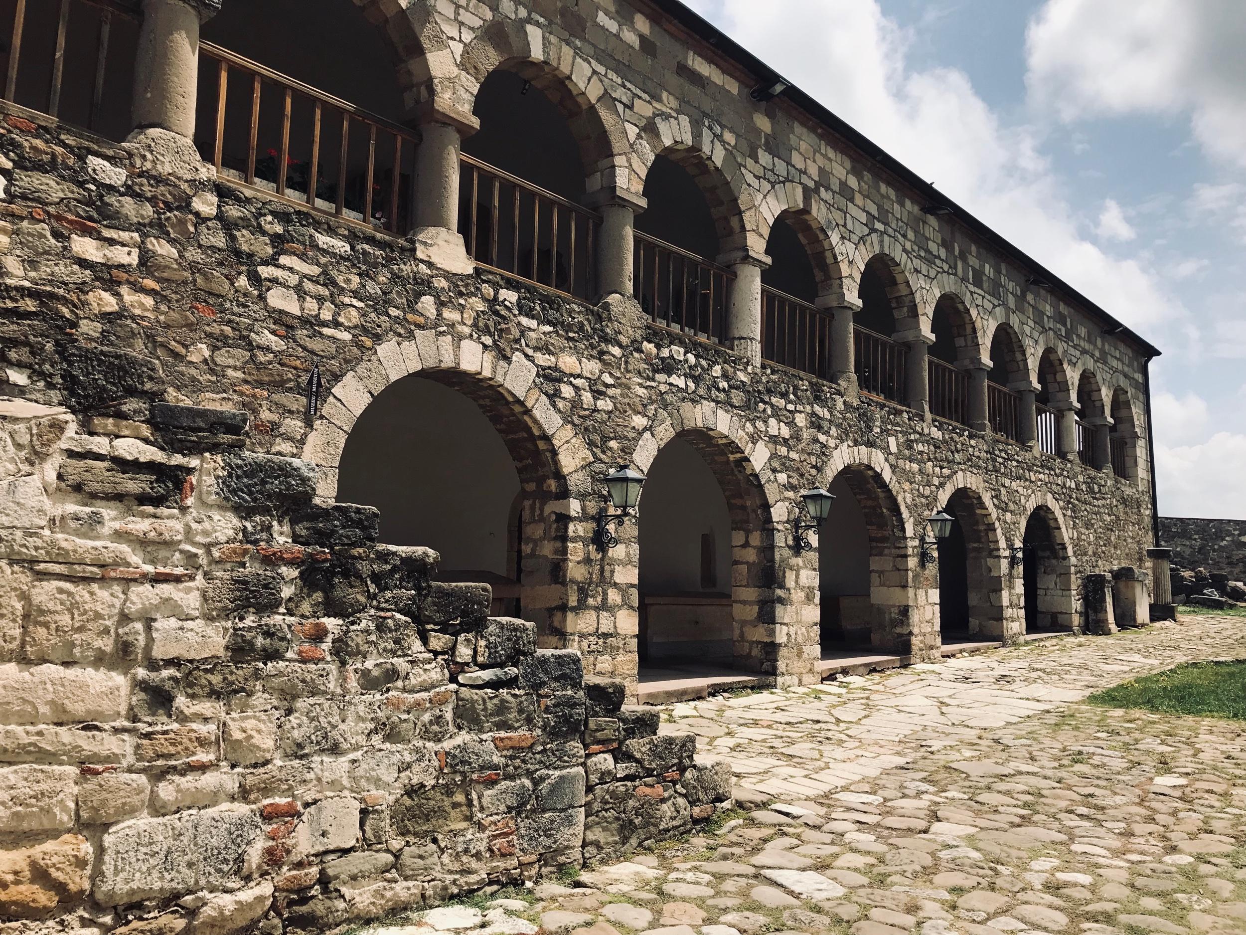 Alueella oleva museorakennus, jonka sisällä kattava kokoelma kaivauksilta löytyneitä tavaroita. Kuva: Mirva Rannisto