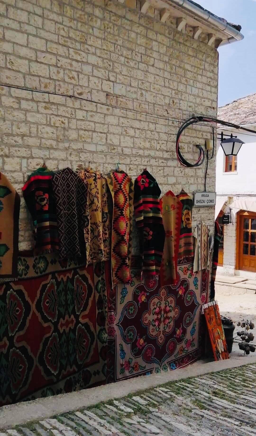Albanialaista käsityötä esille kaupungin kadulla. Kuva: Heljä Ranta