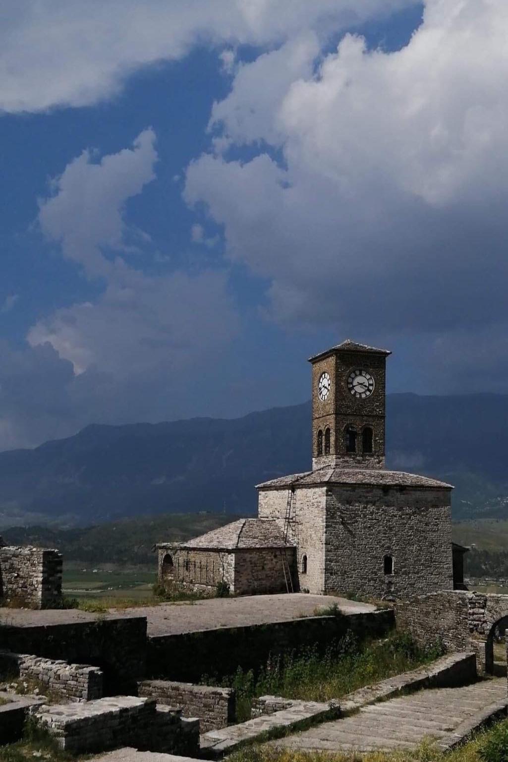 Gjirokasterin linnasta kuvaa toiselta puolelta. Kuva: Heljä Ranta