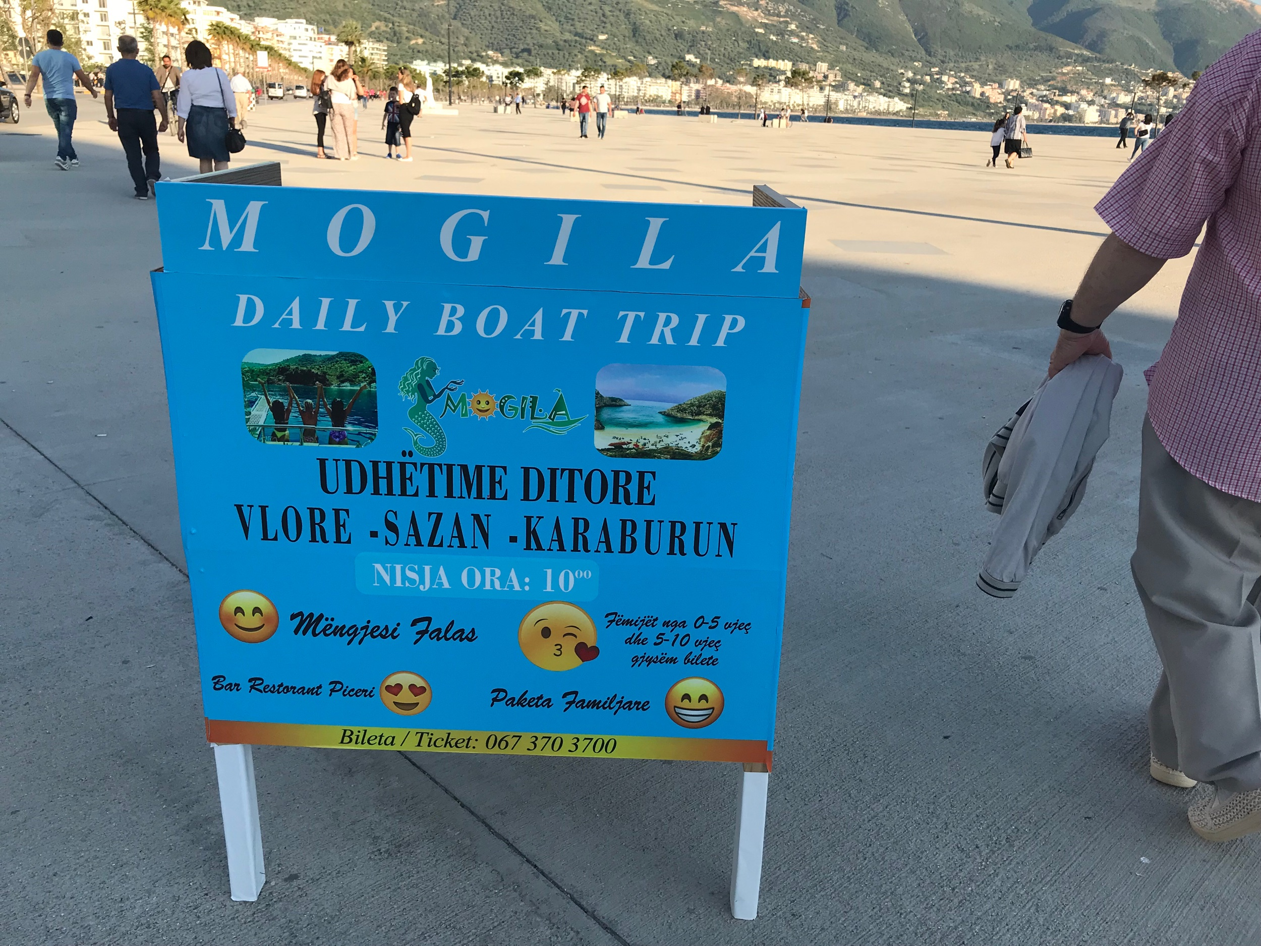 Jonkun matkanjärjestäjän mainos rantabulevardilla, jossa kerrotaan myös aamupalan sis. Hintaan. Tämä ei ole mainos :) (me emme itse ole olleet tällä laivalla) kuva: Mirva Rannisto