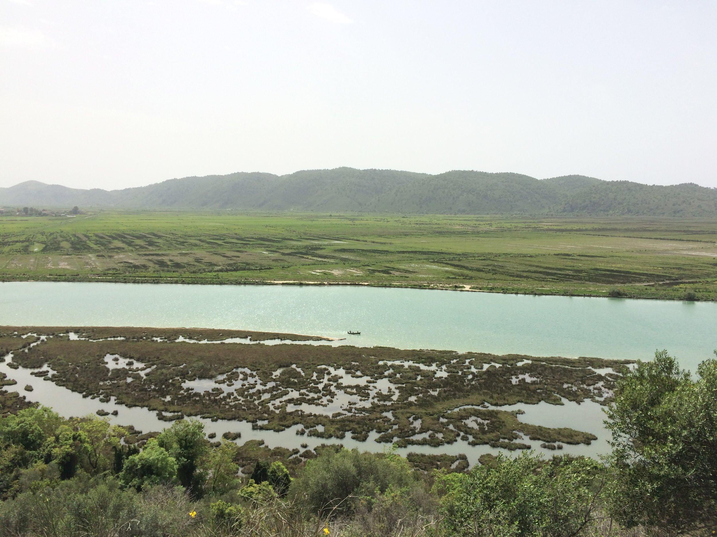 Upeat maisemat juuri ennen Butrintin puistoa. Vähän noiden kukkuloiden takana on Albanian ja Kreikan raja. Kuva: Mirva Rannisto
