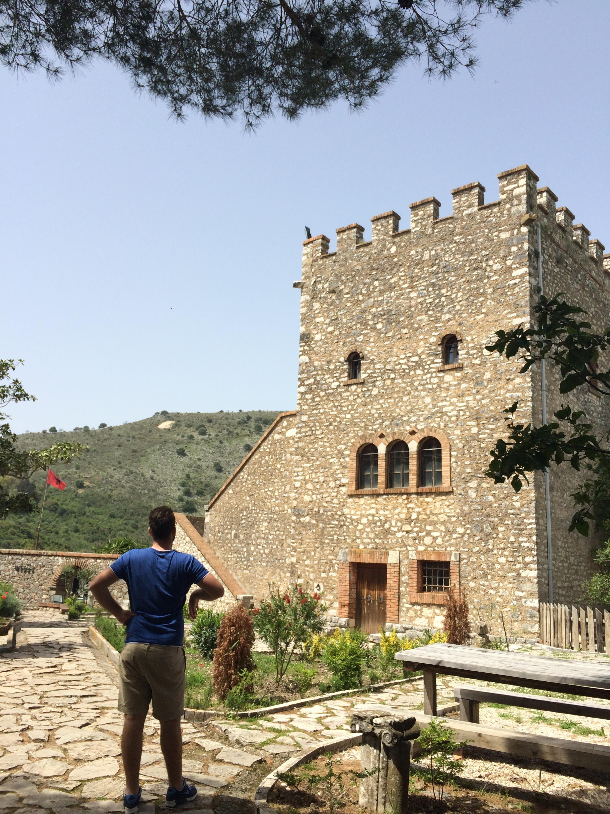Aris ihastelee linnoitusta pienen kiipeämisen jälkeen. Kuva: Mirva Rannisto