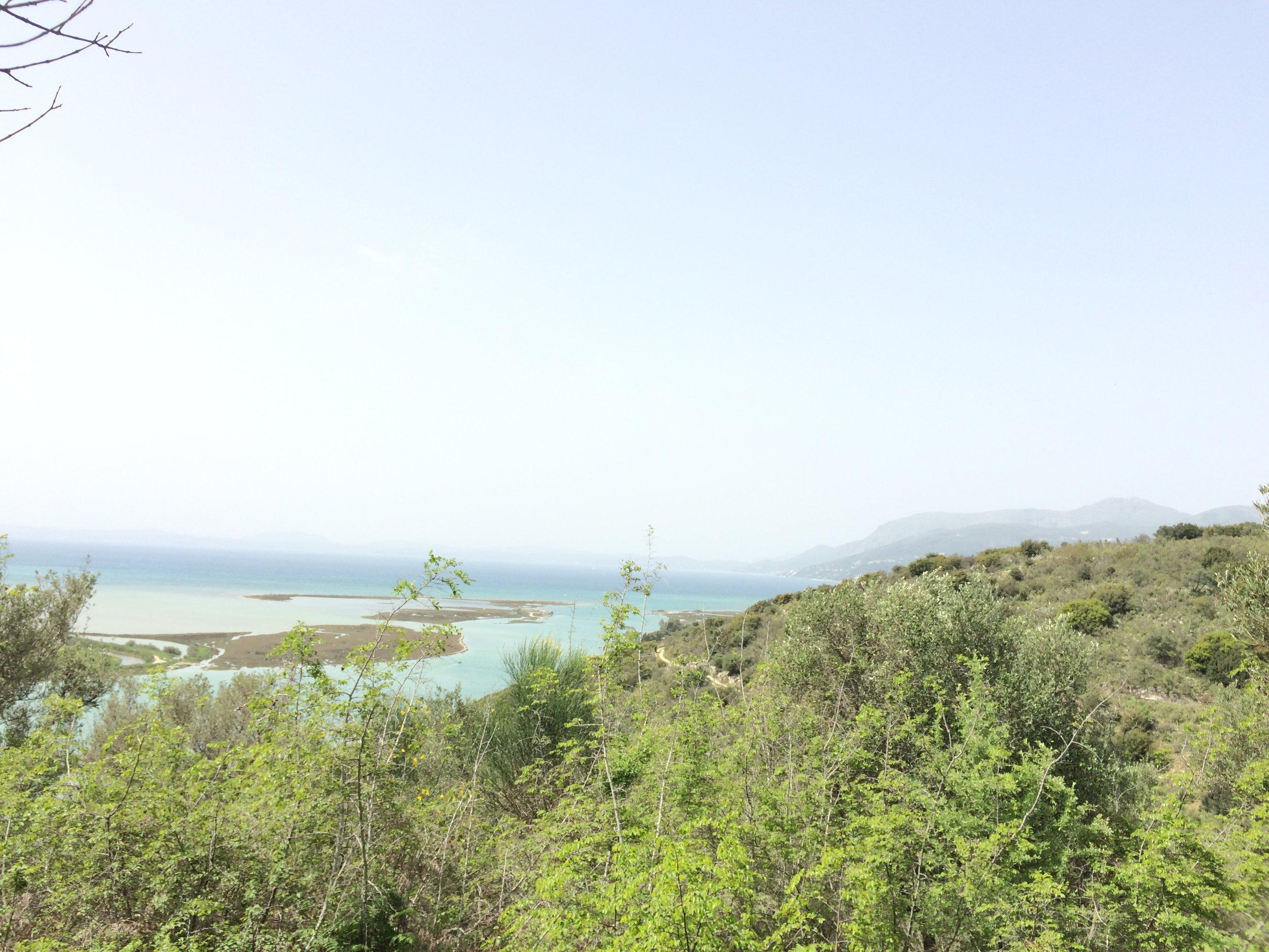 Upeat maisemat ennen Butrintia. Tämä on Butrintin kansallispuiston aluetta ja takana oikealla ylhäällä näkyy Korfun saari. Kuva: Mirva Rannisto
