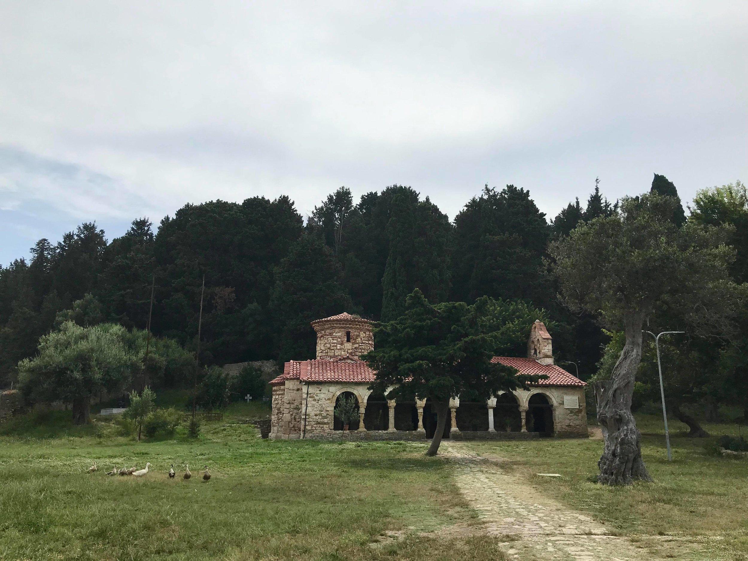 Todella vanha, mutta hyvin säilynyt ortodoksinen kirkko luostarialueella. Kuva: Mirva Rannisto