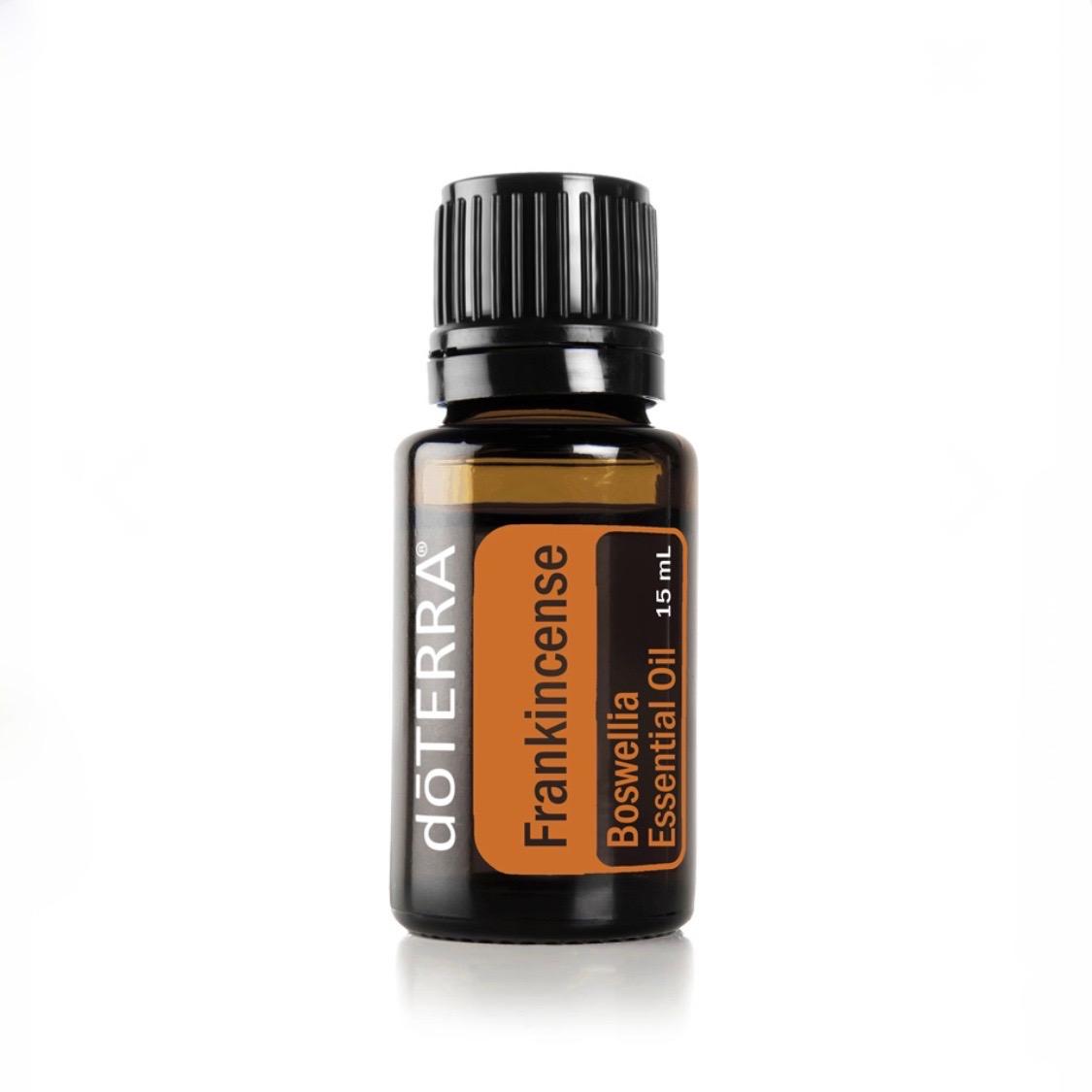 Frankincense - Antiinflammatorisk, cellförnyande och grundande.Främjar ett hälsosamt inflammatoriskt tillstånd i kroppen samt främjar cellhälsa (hälsosam celltillväxt) - ta en droppe under tungan dagligen.Addera 1 droppe i din ansiktskräm/olja. Frankincense är en riktig skönhetsolja som minskar utseeendet på fina linjer, ärr, solfläckar och bristningar.Inhalera från flaskan för att ge lugnande känslor.Applicera under fötterna ihop med kokosolja för att grunda dig.Applicera på pulspunkter innan meditation, Frankincense förstärker din intuition.