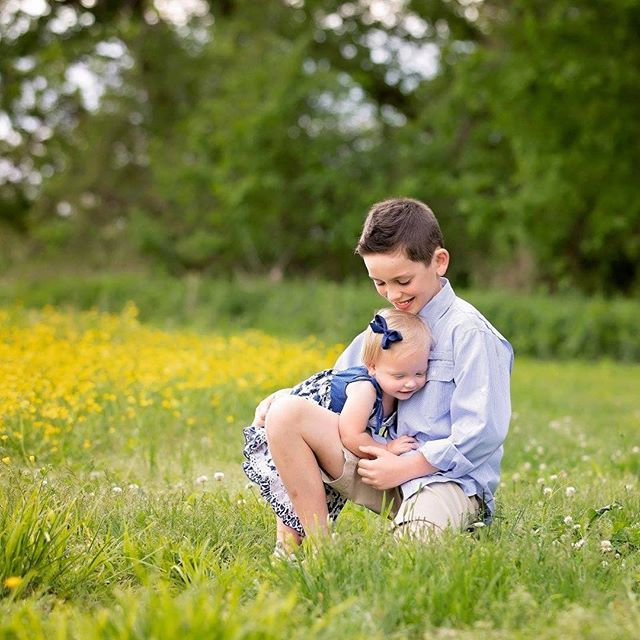 Big Brother Loves! 💚💚💚 #goldmoosephotography #siblinglove #sosweet #springphotography #familyportraits